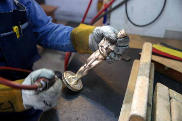 Fabrication d'un oscar : le polissage