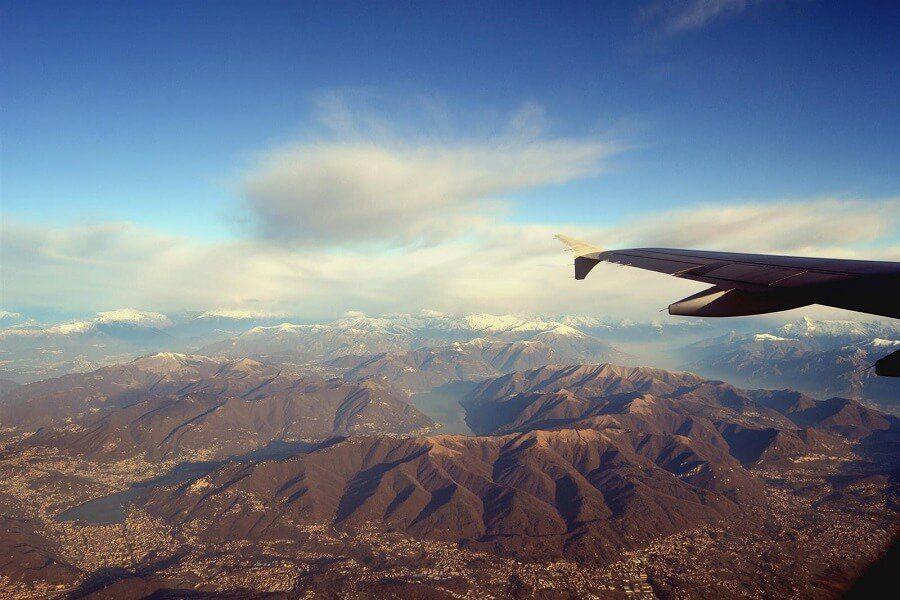 Photo prise du hublot d'un avion : Paysage montagneux