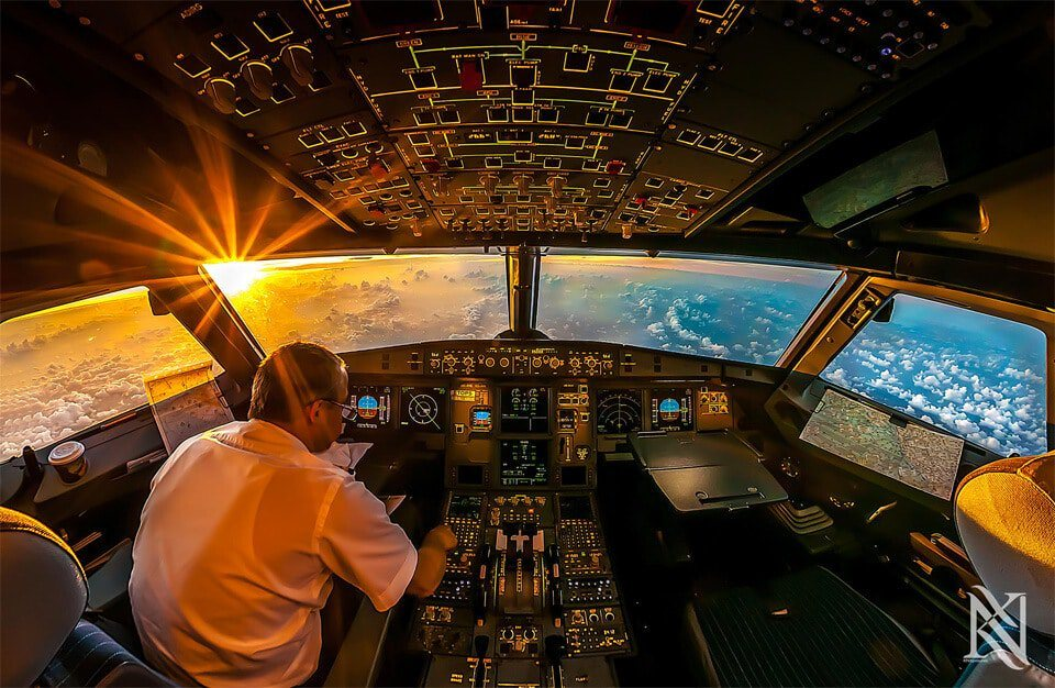 Photo prise du hublot d'un avion : Le lever du soleil depuis le cockpit d'un avion