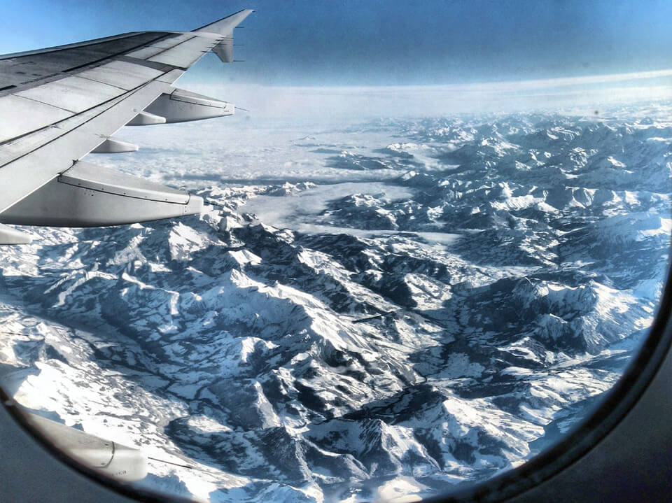 Photo prise du hublot d'un avion : Les Alpes, France