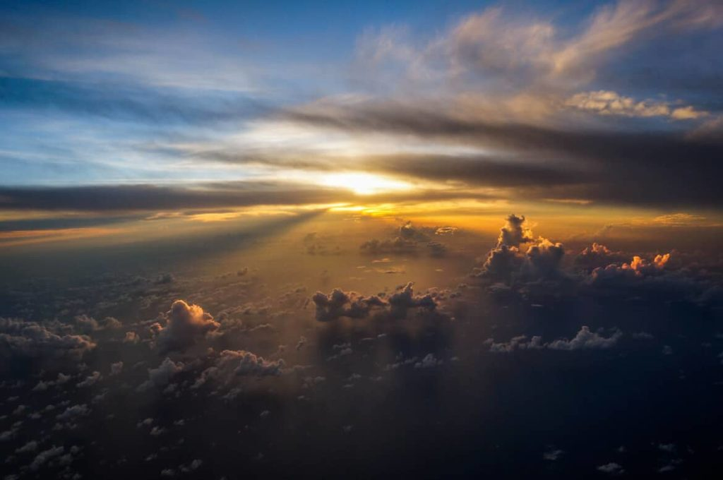 Photo prise du hublot d'un avion : Un coucher de soleil