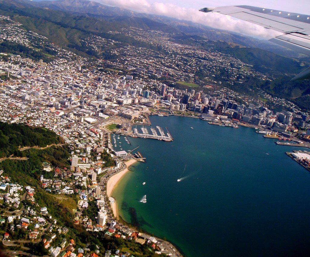 Photo prise du hublot d'un avion : Arrivée à Wellington, Nouvelle Zélande