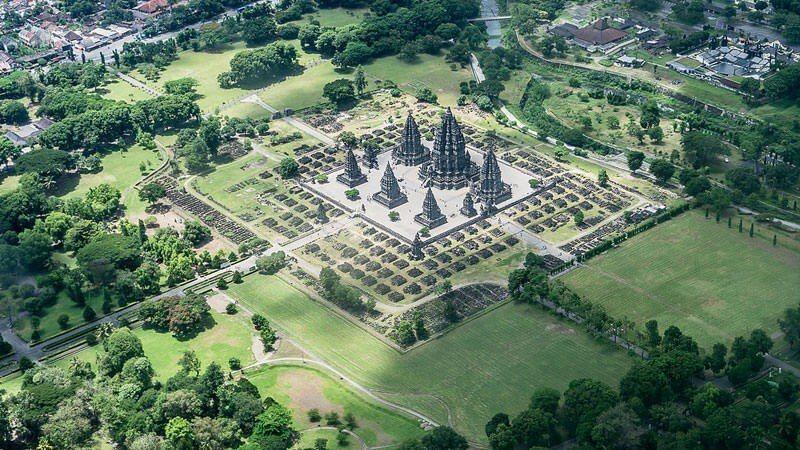 Photo prise du hublot d'un avion : Temple de Prambanan, Indonésie